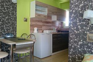 Pokój z aneksem kuchennym i łazienką